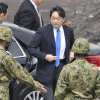 Defense Minister Itsunori Onodera visits the Ground Self-Defense Force's Higashifuji firing range in Shizuoka Prefecture on Sunday. The Defense Ministry's annual defense paper released Tuesday says Japan's threat assessment for North Korea has not changed. | KYODO