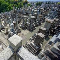 Japanese favoring Western-style gravestones for their cost and sturdiness: industry survey