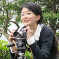 Photographer Hiroko Doune gets multiple generations of hibakusha families to sit down together for portraits. | KYODO
