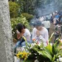 Women offer prayers Sunday to the victims of the 1985 Japan Airlines jumbo jet crash that claimed the lives of 520 people at Osutaka Ridge in Gunma Prefecture.