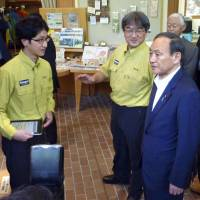Chief Cabinet Secretary Yoshihide Suga visits the town of Teshikaga in eastern Hokkaido on Monday to inspect efforts there to draw foreign tourists to the town, which hosts the Akan-Mashu National Park. | KYODO