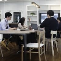 Mitsui & Co. employees hold a meeting in a room used for brainstorming ways to improve business performance with new technology. There are solid indications that service-sector firms are beginning to invest in the future. | BLOOMBERG