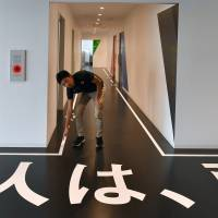 Painted guidelines in hallways and contrasting colors make it easier for visually impaired visitors to navigate the facility. | YOSHIAKI MIURA