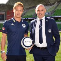 Keisuke Honda poses with Melbourne Victory's manager Kevin Muscat on Wednesday after signing to play for the A-League team. | AFP-JIJI