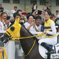 Nanako Fujita rode Seiun Ririshii to victory in the 12th race in Niigata on Saturday. It was her record-breaking 35th career victory. | KYODO