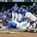 The Lions' Hotaka Yamakawa scores the winning run in the 10th inning against the Buffaloes on Tuesday night at MetLife Dome. Seibu defeated Orix 7-6.