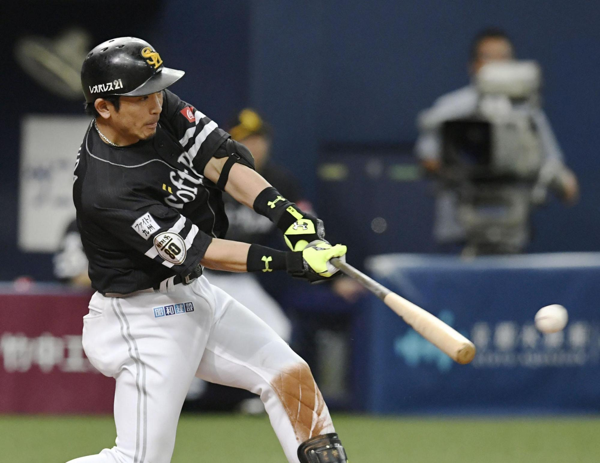The Hawks' Nobuhiro Matsuda hits a two-run double during the ninth inning against the Buffaloes on Sunday in Osaka. | KYODO