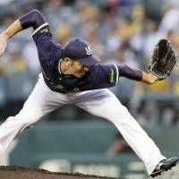 Swallows right-hander Hirofumi Yamanaka pitches against the Tigers at Koshien Stadium on Thursday. | KYODO