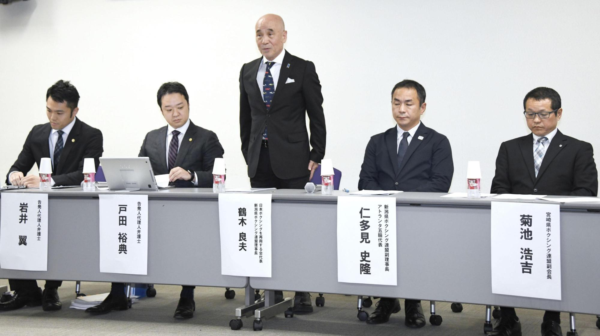 Former JABF board member Yoshio Tsuruki (standing) speaks during a news conference on Wednesday in Tokyo. Tsuruki is leading a group seeking a complete overhaul of amateur boxing's governing body in Japan.   KYODO