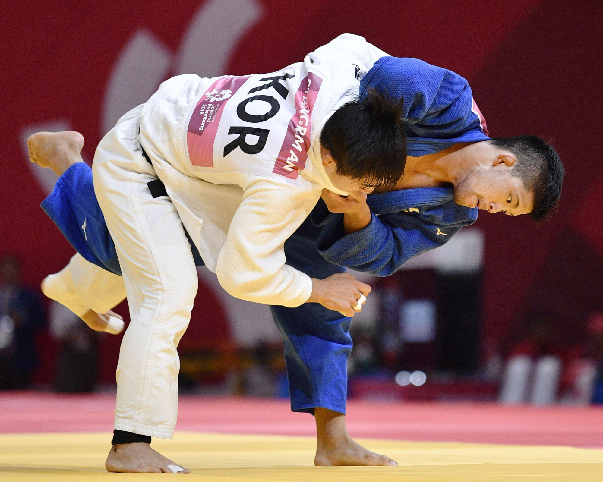 Shohei Ono (right) battles South Korea's An Chang-rim in the final of the 73-kg event at the Asian Games in Jakarta on Thursday. | KYODO