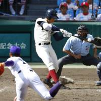 Osaka Toin slugger Akira Neo blasts a two-run homer against Kanaashi Nogyo in the fifth inning of the Koshien final on Tuesday. | KYODO