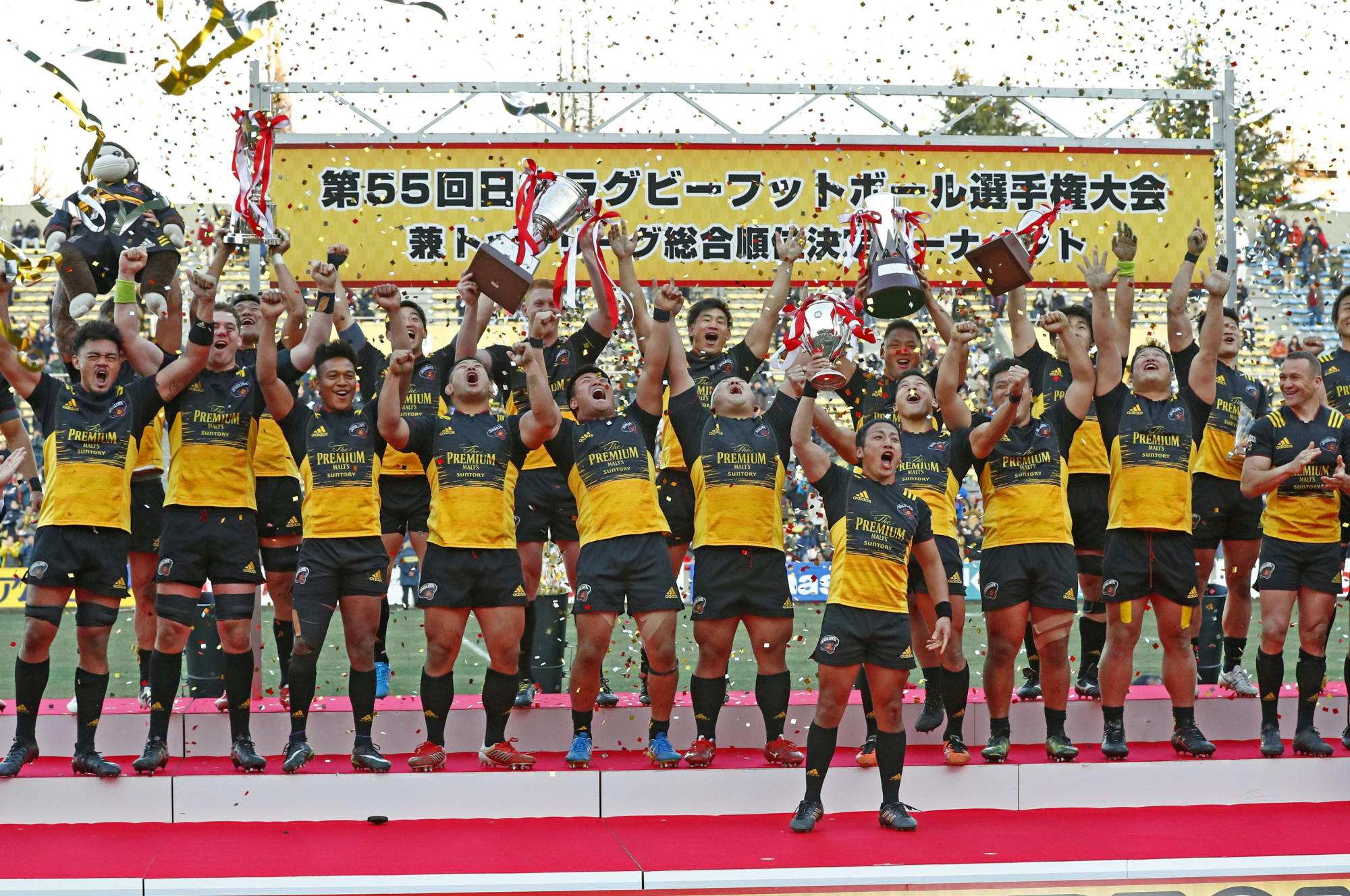 Suntory Sungoliath celebrate after winning the 2017 All-Japan Rugby Football Championship. | KYODO