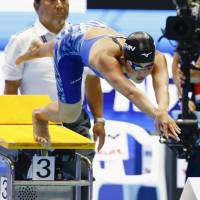 Sachi Mochida dives into the pool at the start of the women's 200-meter butterfly final on Friday night. The 19-year-old national champion placed second in 2 minutes, 7.66 seconds. | KYODO
