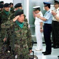 GSDF personnel arrive at the Haneda airport of Tokyo in July 2006 after finishing postwar reconstruction missions in Samawa, southern Iraq. The government is considering dispatching GSDF  members to a multinational peacekeeping force in Egypt under new security legislation, which went into effect in 2016. | KYODO