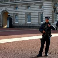 Armed man arrested outside Buckingham Palace but terror link ruled out
