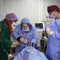 Surgeons operate on a patient at the al-Jamhuri hospital complex in the northern city of Mosul on Sunday. Two hospitals reopened in western Mosul Sunday, the most ravaged part of the northern Iraqi city, after being recaptured from hagadist movements in July 2017. | AFP-JIJI