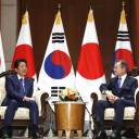 Prime Minister Shinzo Abe (left) holds a meeting with Moon Jae-in in New York Tuesday.