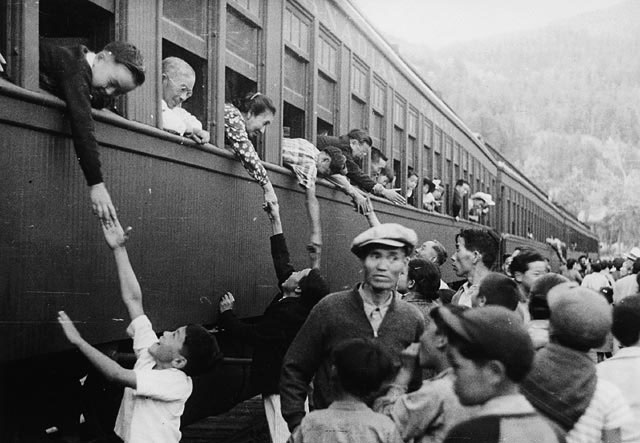 Japanese-Canadians are moved to internment camps in British Columbia in 1942. | LIBRARY AND ARCHIVES CANADA