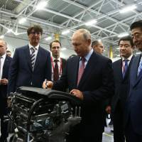 Russian President Vladimir Putin and Prime Minister Shinzo Abe visit Mazda Sollers Manufacturing Rus, a Russian-Japanese joint car assembly plant, in Vladivostok on Monday. | AFP-JIJI