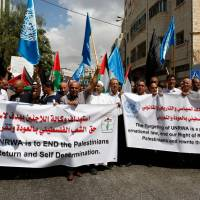 Palestinian protesters demonstrate against the U.S. cut in UNRWA funds in front of the Head office of the West Bank town of Hebron Sept. 8 .   AFP-JIJI