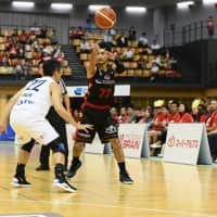 Hachioji Bee Trains point guard Hiroya Ogane passes the ball in second-quarter action against the Earthfriends Tokyo Z on Friday in Hachioji. The Earthfriends won their regular-season opener 87-63. | B. LEAGUE
