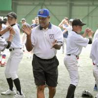 Former Giants player Warren Cromartie instructs middle school kids during a baseball camp in Tokyo  on Aug. 1, 2017. | KYODO
