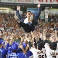 BayStars and Giants players give Shuichi Murata, who played for both teams during his 15-season NPB career, a doage (victory toss) after Friday's game at Tokyo Dome. Murata announced his retirement earlier this month. | KYODO