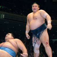 Takanohana overcame a right knee injury to beat fellow yokozuna Musashimaru in a playoff to win the Summer Grand Sumo Tournament, his last Emperor's Cup, in May 2001. | KYODO