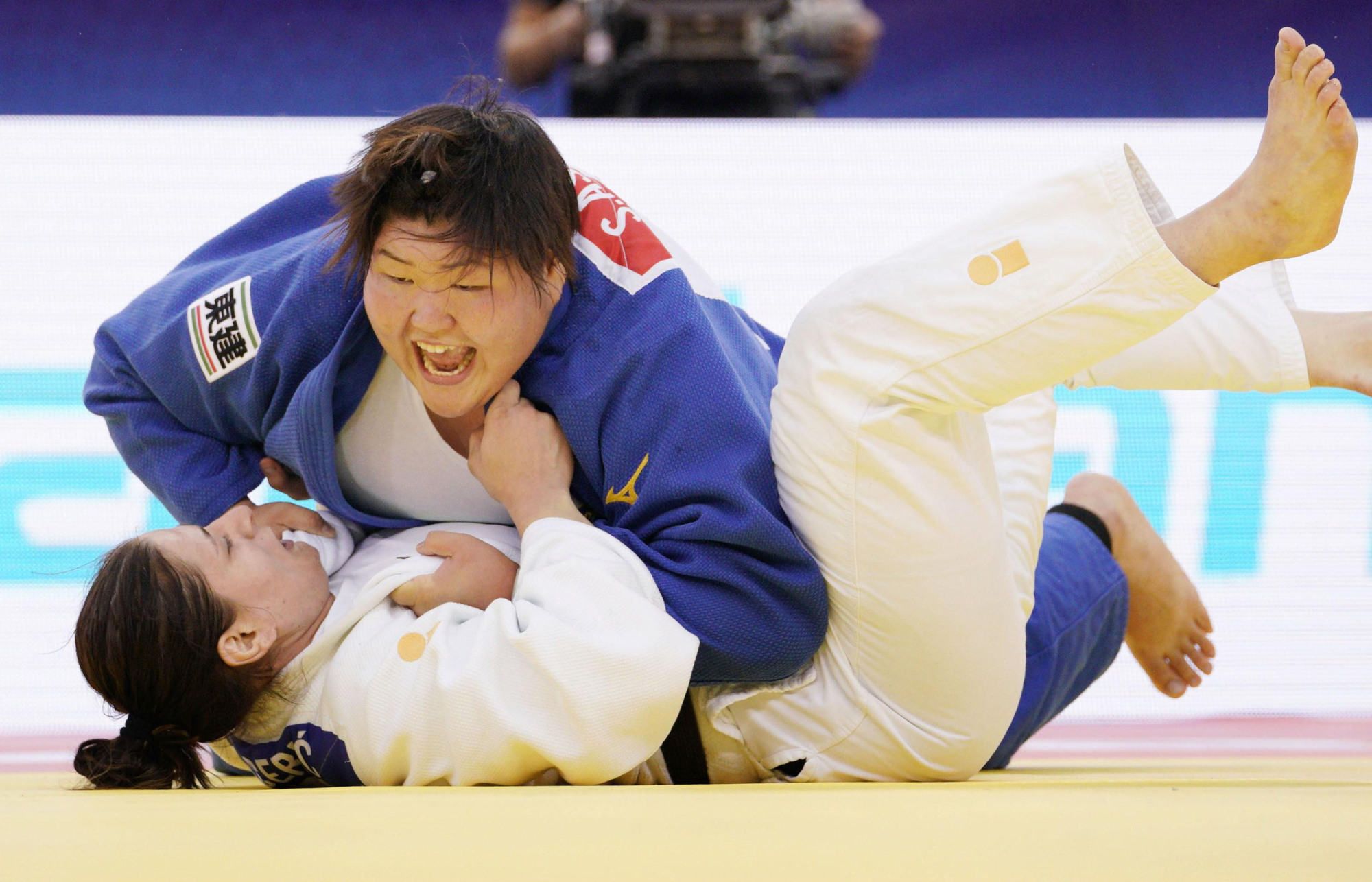 Sarah Asahina (top) battles Cuba's Idalys Ortiz in the women's 78-kg final at the world championships in Baku on Wednesday. | KYODO