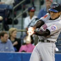 Then-New York Mets infielder Kazuo Matsui hits a home run in his first-ever MLB plate appearance in Atlanta in April 2004. | KYODO