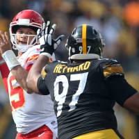 Patrick Mahomes tosses six TDs to lead Chiefs to win over Steelers