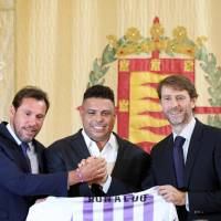 Brazilian football legend Ronaldo (center) holds a symbolic Real Valladolid jersey as he poses with Valladolid mayor Oscar Puente (left) and Real Valladolid president Carlos Suarez during a new conference on Monday to announce his purchase of 51 percent of the club's shares. | AFP-JIJI