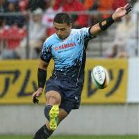 Yamaha Jubilo's Ayumu Goromaru boots the ball in a Top League match against the Coca-Cola Red Sparks on Saturday. | KYODO
