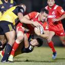 Steelers newcomer Dan Carter carries the ball against Suntory Sungoliath on Friday at Prince Chichibu Memorial Rugby Ground. Carter scored 21 points in Kobe Kobelco's 36-20 win over Suntory.