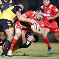 Steelers newcomer Dan Carter carries the ball against Suntory Sungoliath on Friday at Prince Chichibu Memorial Rugby Ground. Carter scored 21 points in Kobe Kobelco's 36-20 win over Suntory. | KYODO