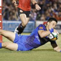 Panasonic's Akihito Yamada scores a try against Toshiba during the first half on Saturday. | KYODO