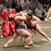 Kisenosato perseveres to stay undefeated at Autumn meet
