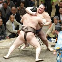 Hakuho forces out fellow yokozuna Kisenosato on Friday at the Autumn Grand Sumo Tournament. | NIKKAN SPORTS