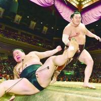 Yokozuna Hakuho sends ozeki Goeido off the dohyo to defeat on Saturday at the Autumn Grand Sumo Tournament. | NIKKAN SPORTS