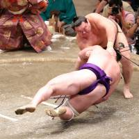 Hakuho closes in on title