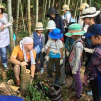 Alexandre Gerard teaches children how to cut bamboo to be used for flowing sōmen (wheat noodles) in Yokohama. | TABICA