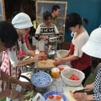 A Tabica host offers lessons on making Indian curry in Yokohama using a variety of spices from India. | TABICA
