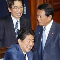 Finance Minister Taro Aso (right) and Prime Minister Shinzo Abe at the Lower House session on Wednesday | KYODO