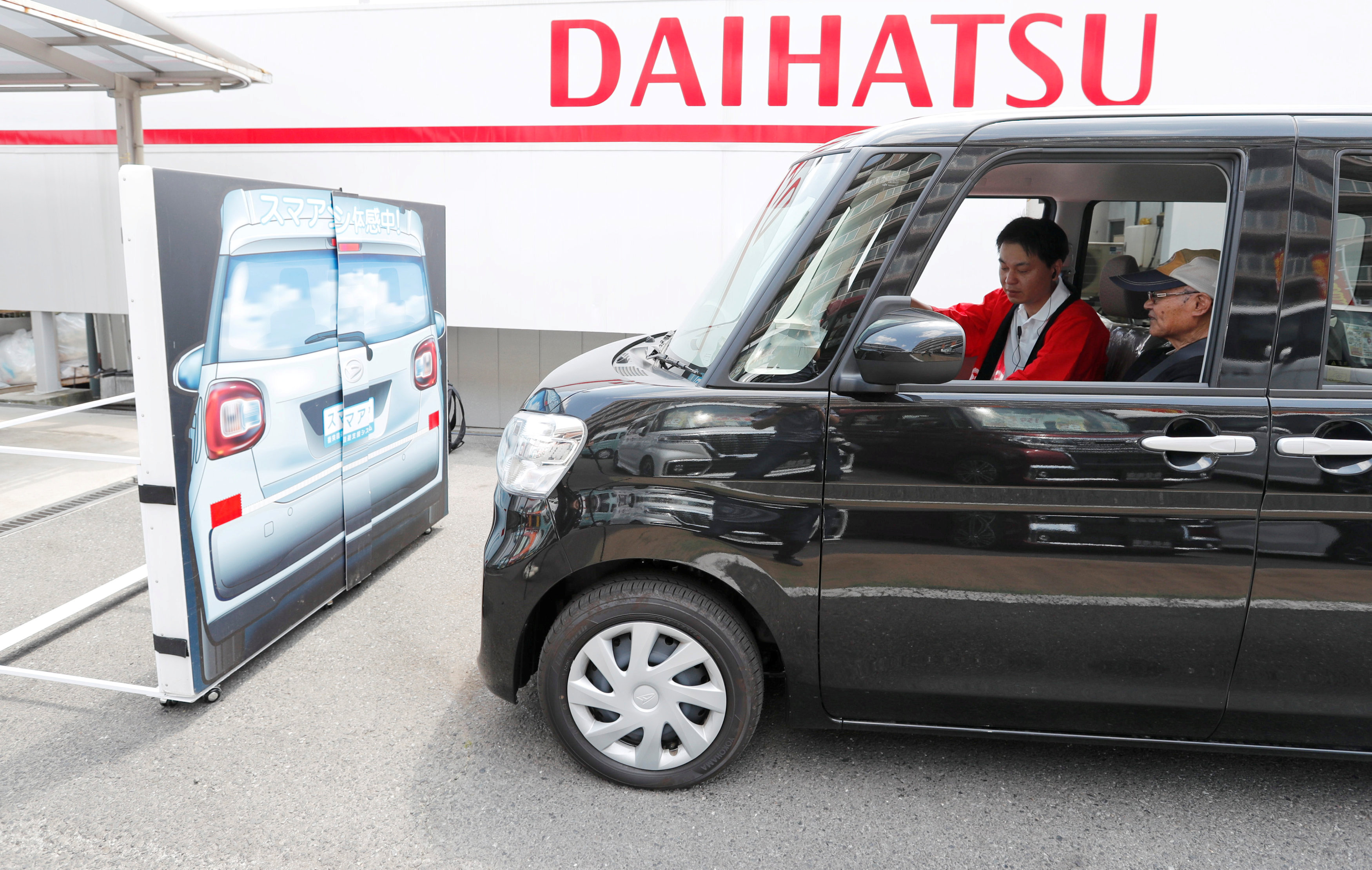 Yorie Miho tries out the automatic emergency braking system in a Daihatsu minicar at a minicar dealership in Yamato, Kanagawa Prefecture.