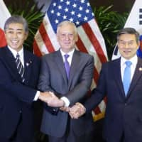 Defense Minister Takeshi Iwaya (from left to right), U.S. Defense Secretary Jim Mattis and South Korean Defense Minister Jeong Kyeong-doo in Singapore on Friday | KYODO
