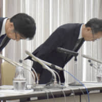 Hitachi Chemical Co. executives apologize for data falsification related to inspections of batteries in June. | KYODO