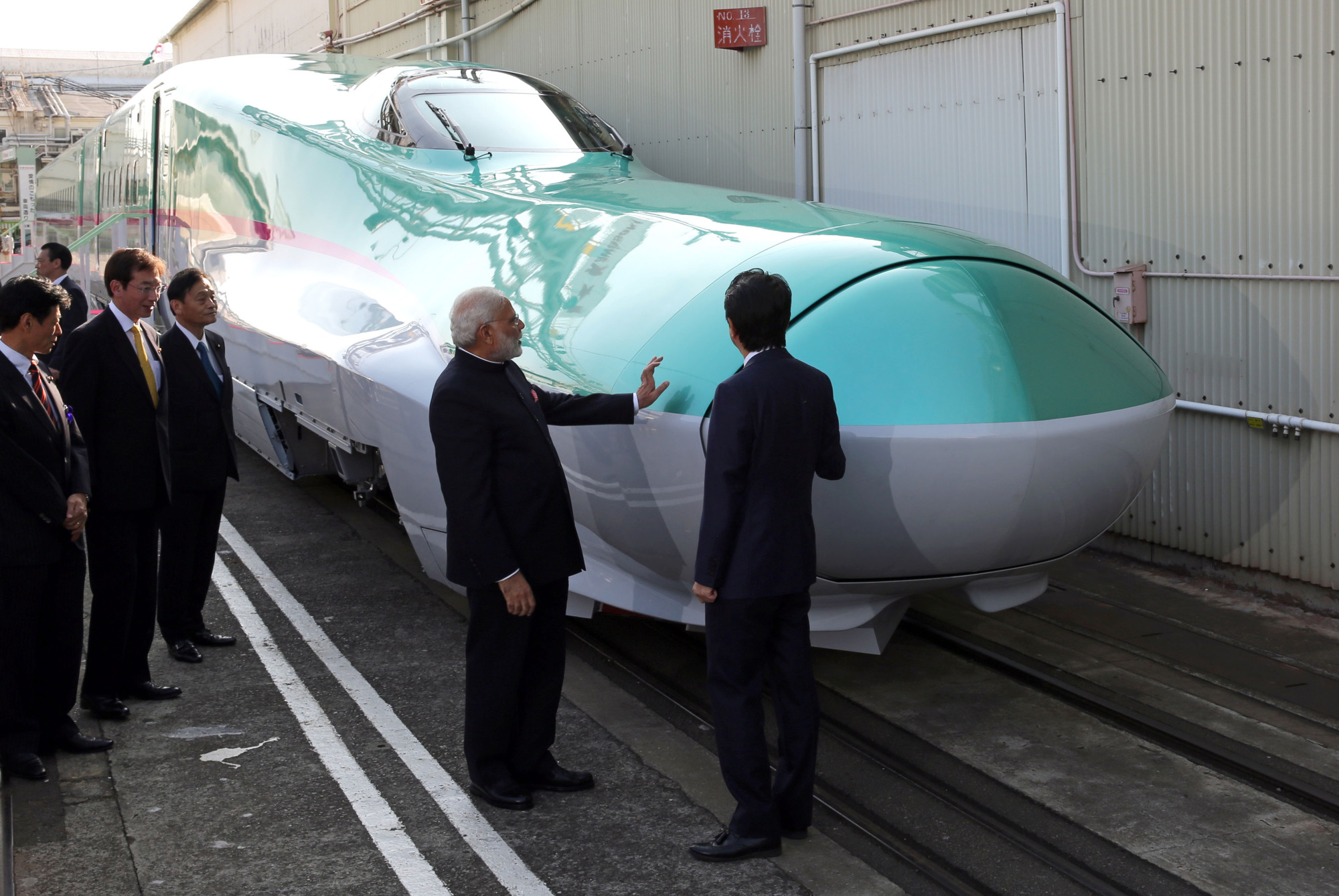 Indian Prime Minister Narendra Modi views an E5 series locomotive with Prime Minister Abe during his November 2016 visit to Japan. The E5 model was chosen for India's  first bullet train line, which will operate between Mumbai and Ahmedabad. | BLOOMBERG