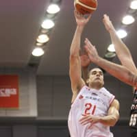 Jets big man Gavin Edwards takes a shot in the third quarter on Saturday against the Evessa in Osaka. Edwards finished with 18 points, 12 rebounds and six blocks in Chiba's 80-69 victory. | B. LEAGUE