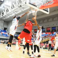 Toyama big man Joshua Smith (in red) commanded major defensive attention throughout the two-game series, including a 25-point outing on Sunday. | B. LEAGUE