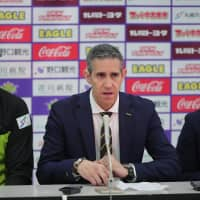 First-year Levanga bench boss Jose Neto (center), sitting next to center David Doblas during a news conference last weekend, began his coaching career with Club Athletico Paulistano in his native Brazil in 2002. B. LEAGUE
